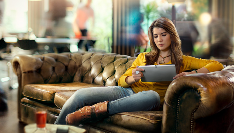 leser_phone_couch