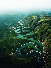 Fluss zwischen den bergen